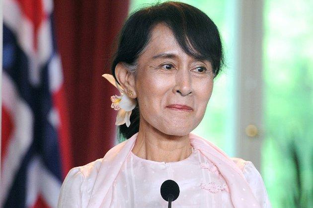 Aung San Suu Kyi ble hyllet av flere tusen mennesker på Rådhusplassen lørdag ettermiddag.