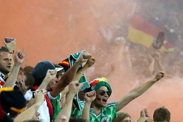 Tyske fans feirer etter seieren mot Danmark. Det kostet fotballforbundet 188.000 kroner.