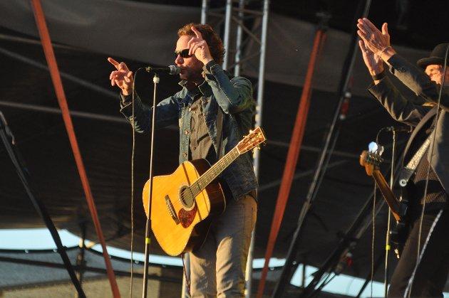 Folkelivet på Brennelvneset under Midnattsrocken 2012. Band på scenen var CC Cowboys.