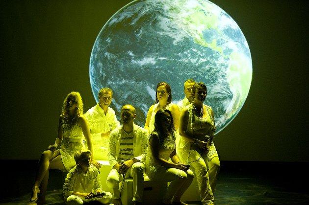 EARTH SONG: Kormedlemmene Øivind Lunde, Jan-Tore Hladik, Therese Leet Vist og Mona Lande i midten på bildet er fire av i alt syv sarpinger som er med på Åge Sten Nilsen og Gusty Utterdahl sin hyllest til Michael Jackson
