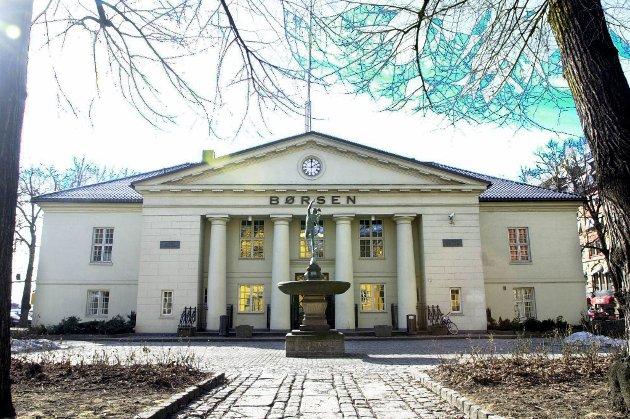 Det var liten bevegelse å spore da Oslo Børs åpnet mandag. Etter en times handel var hovedindeksen falt 0,15 prosent til 415,46 poeng.
