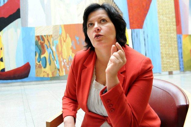 Aps nestleder Helga Pedersen har ikke tro på Sps løsning om å desentralisere dagens modell.