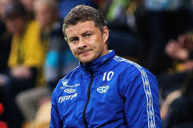Ole Gunnar Solskjær ber spillerne sine holde seg unna Alexander Søderlund i straffefeltet.