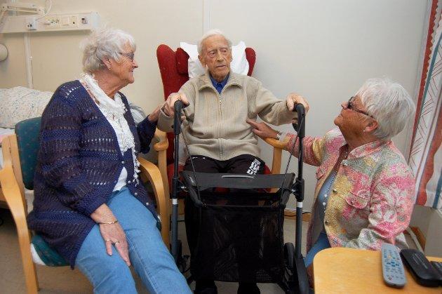 Børre Brevik (91) skal sendes hjem fra rehabiliteringsavdelingen på Austjord til hus som han ikke klarer seg selv i. Til venstre Anne Mari Øverby og til høyre Sølvi Pedersen (døtre).