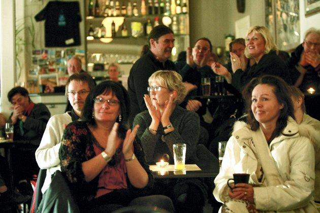 HØY STEMNING: Det er høy stemning når det er lørdagsblues på Kulturpuben i Lillestrøm.