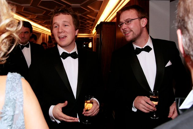 Bergen næringsråds årsmiddag: Filip Rygg (26) fra Kristelig Folkeparti og Harald Victor Hove (26) fra Høyre ankom festen sammen (17.11.2009).