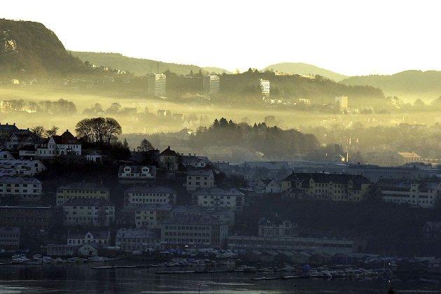 Luftforurensning i Bergen. Store Lunegårdsvann i forgrunnen. Bildet er tatt 26. mars 2008.