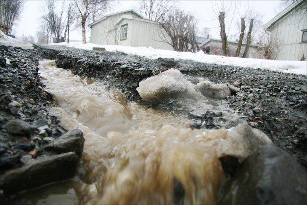 LEKKASJE:  Vannet flommer i Bakkeveien på Oppdal. Illustrasjonsbilde