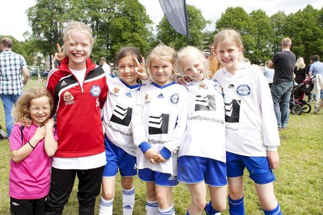 Dårlig tid: Fra venstre: Kristin, Sunniva, Hanna, Amalie, Sanne og Ingunn rekker så vidt å bli tatt bilde av før de må springe inn på banen.