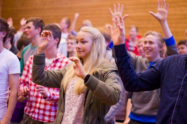 Dans til afrikanske rytmar på den internasjonale dagen ved Sogndal vidaregåande skule. Bileta er tekne av elevar på medielina ved skulen. (Foto: Guro Saur Ødegård)