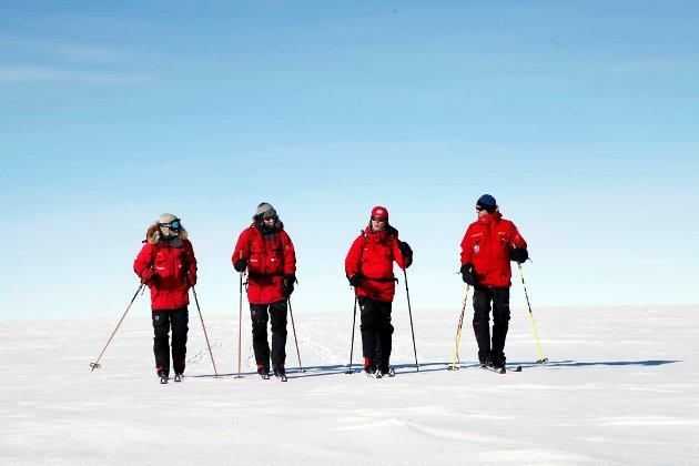 Statsministeren på skitur på Sydpolen i morgentimene onsdag før seremonien for å hedre Roald Amundsen og hans menn. Han går sammen med Jan-Gunnar Winther, Stein P. Aasheim og Børge Ousland.