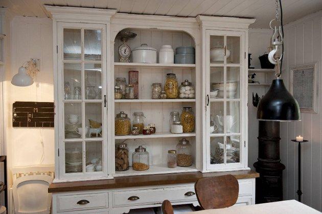 Wenche er spesielt fornøyd med denne delen av kjøkkenet sitt. - Da vi flyttet inn var det et lite soverom her, men vi rev veggen for å få plass til kjøkken og spisestue i ett, forteller hun. Skapet er fra Danmark.