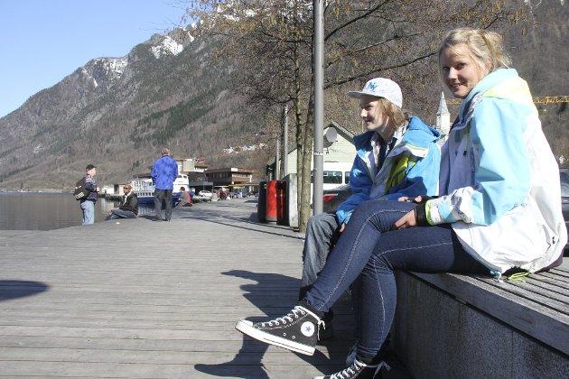 Mange fant veien ned til havna lørdag for å nyte solen og det fine vårværet, deriblant Solvei Mikkelsen (15) og Thomas Horne (16).