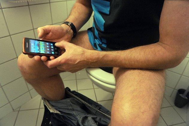 Endelig fred å få: Halvparten av oss koser oss med mobilsurfing på toalettet.