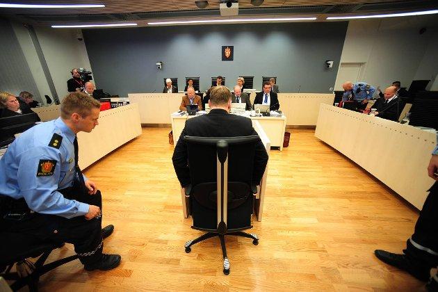Aktor Inga Bejer Engh (helt til venstre) er her i gang med utspørringen av Anders Behring Breivik (med ryggen til).