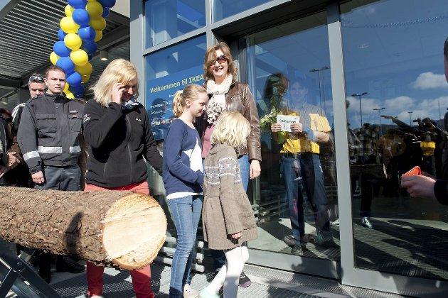 Hege Havn og døtrene Pernille og Malene var de første som slapp inn dørene etter den offisielle åpningen. De ble mottatt med en klem fra varehussjef Odd Rune Bjørge.