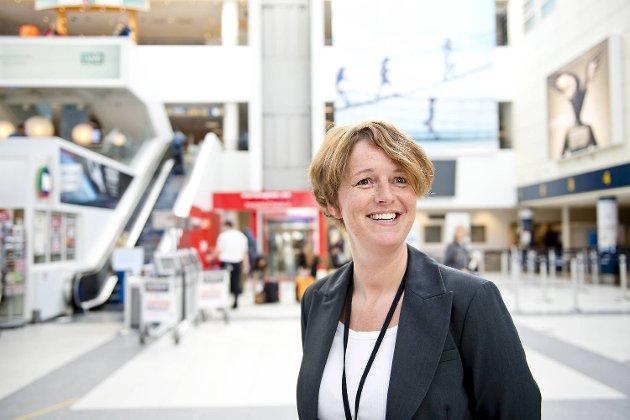Lufthavnsjef Adelheid Nes er svært glad for at vekterstreiken er over. Hun lover bortimot normal flytrafikk lørdag.