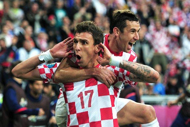 Mario Mandzukic og Darijo Srna jubler over Kroatias første og eneste mål i kampen mot Italia, som for øvrig endte 1-1.