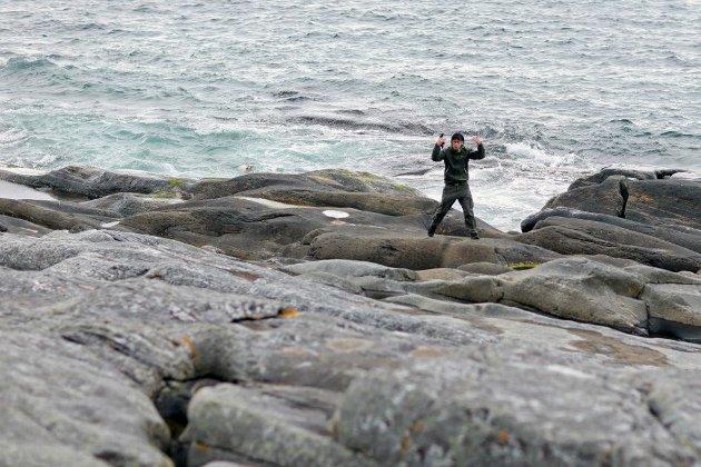 Lammet vart oppdaga i det det kjempa for livet i stri sjø. Då tok tre kompisar tak og berga det ut av vatnet.
