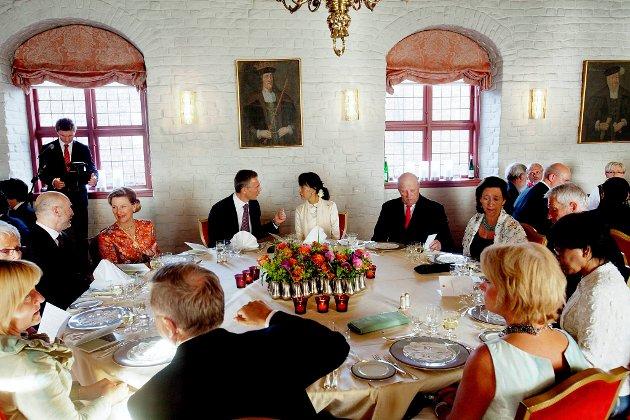 Dronning Sonja, Jens Stoltenberg, Aung San Suu Kyi, kong Harald og  Ingrid Schurerud under middag på Akershus festning fredag kveld.