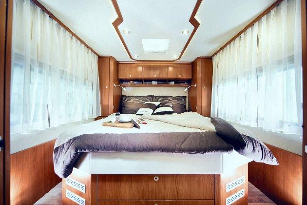 Det spares ikke på luksusen... Denne senga kan få matche på campingplassen.