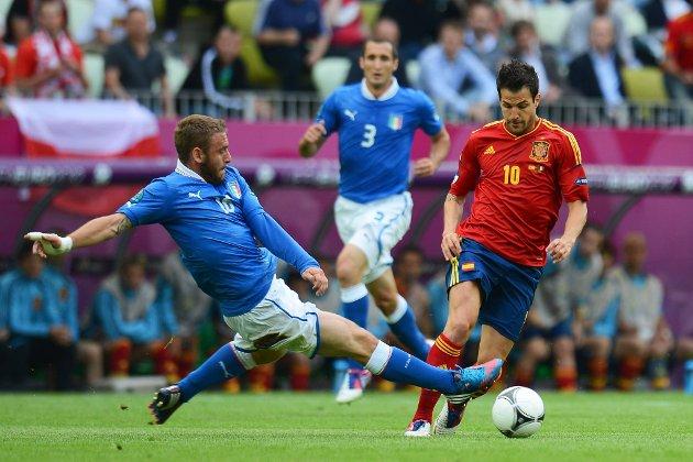 Spanias Cesc Fabregas starter EM-finalen mot Italia. Her i duell mot Daniele De Rossi som starter for de blå.