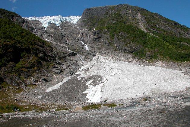 Personen skal ha falle utfor fjellet like ved Supphellebreen i Fjærland.