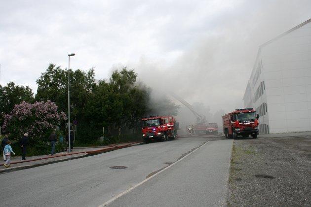 Vinden fører til at røyken har spredt seg i området rundt bolighuset.