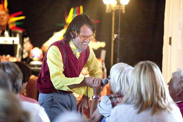 Publikumstekke: Anders Thoresen er spontan og leken på scenen og inviterer ofte publikum med på sprell.