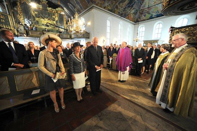 Kong Harald, Dronning Sonja og Prinsesse Märtha Louise var tilstede under minnegudstjenesten sammen med biskop Ole Christian Kvarme, biskop Helga Haugland Byfuglien og domprost Olav Dag Hauge.