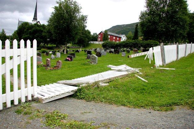 Smadret: Gjerdet ved Oppdal kirke.