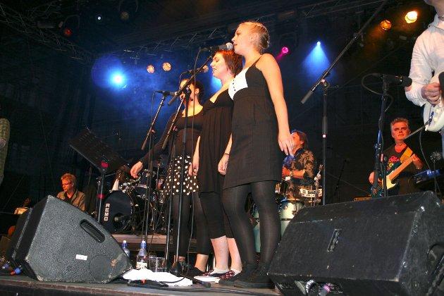 Kordamene (f.h) Ingebjørg Eik, Julie Ervik og Monica R. Hjelle gjorde ein god innsats på scena i meieriparken ein laurdag i 2009.