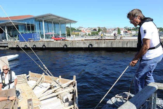 Kon-Tiki-flåten innom Larvik Skipper Øyvin Lauten (Foto: Bjørn Jakobsen)