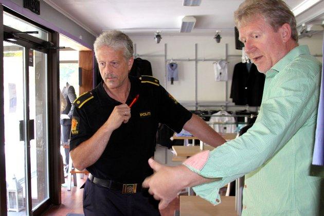 Butikkeigar Ken Torvanger forklarar politifyrstebetjent Helge Øvstetun kva tjuvane har fått med seg av varer frå butikken.