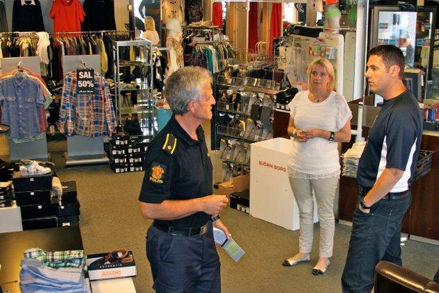 SIKRAR SPOR: Politifyrstebetjent Helge Øvstetun var på staden og sikra spor etter innbrotet på Årdal mote. Butikkeigar Aud Henjum og Kurt Jevnaker frå forsikringsselskapet Terra fortvilar.