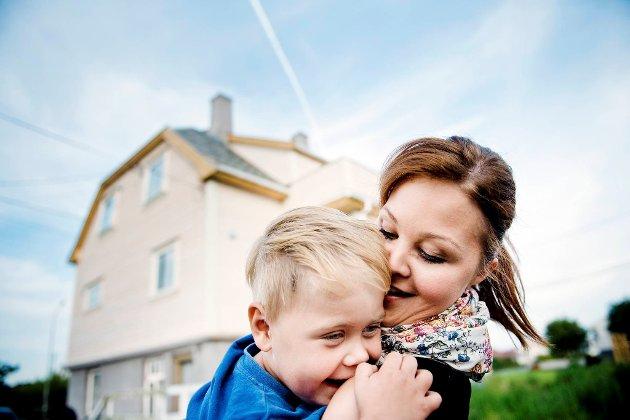 Charlotte Nilsen og sønnen Marcus gleder seg til å bo i et hus som er varmt også om vinteren.