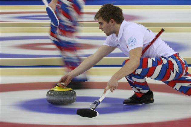 ACTION : Martin Sesaker fra Oppdal i aksjon under Junior VM i curling i Sochi. Foto: Richard Gray