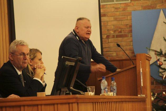 MYE TALETID: Kjell Einar Nilsen tar ofte ordet i kommunestyret i Odda. Her hamrer han løs på samarbeidspartiene Høyre, NyeOdda, Venstre, og Senterpartiets forslag om å lånefinansiere 10 millioner kroner til ytterligere investeringer i budsjettet for 2012.