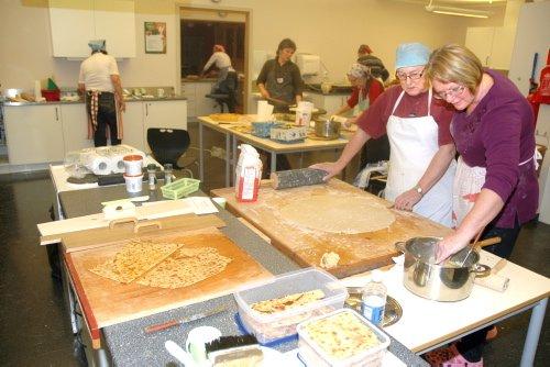 OPPSKRIFT: Tordis Trønnes ga  bygdekvinnene en innføring i å lage og bake sirupstynnkake. Alle foto: Dagfinn Hovland