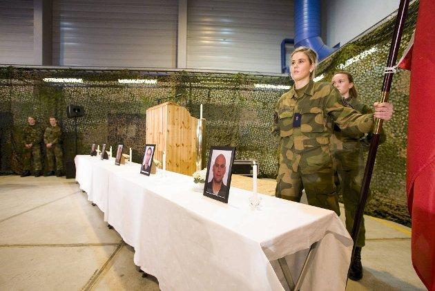Flaggvakt æret de fem omkomne. 600 sterkt pregede medsoldater var samlet på Evenes søndag for å minnes de omkomne etter Hercules-ulykken på Kebnekaise.