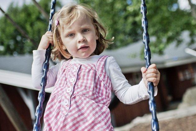 - IKKE TRYGG: Foreldrene til tre år gamle Julie tør ikke å ha henne i barnehagen lenger. Derfor har de tatt henne ut med umiddelbar virkning. Nå står de imidlertid uten barnehageplass til høsten.