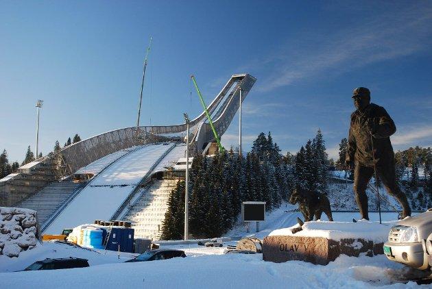 Den nye Holmenkollen skiarena tar form  og er snart klar til Ski-VM. Nå hylles anlegget i en ny bok.