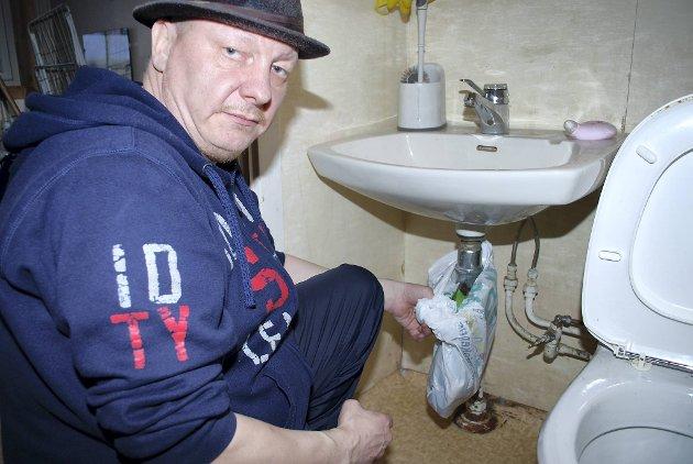 RØRTRØBBEL: Avløpsrøret lekker, så Tom Arne må sikre seg med en pose for å unngå at vannet samles på gulvet.