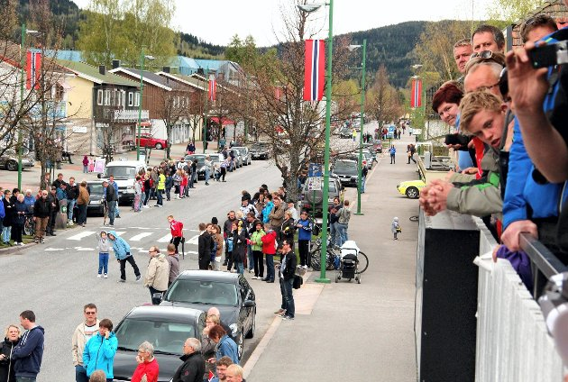 Veldig mange hadde samlet seg i Flisa sentrum for å se spurten.