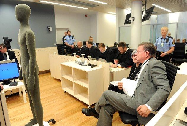 Rettsmedisiner Torleiv Rognum og avdelingsdirektør Kari Ormstad ved Folkehelseinstituttet (begge til høyre)  i rettsal 250 mandag i fjerde uke av rettssaken, der Anders Behring Breivik står tiltalt for terrorangrepet i Oslo og på Utøya 22. juli 2011.