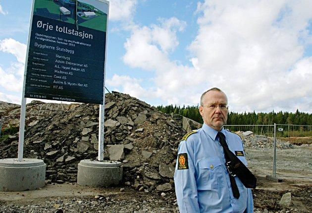 VINDMØLLER SOM NABO: Nils Henrik Olsson liker ikke tanken på støy, skyggekast, iskast og i verste fall motorhavari fra vindmøller på gren-sen ? like ved den nye tollstasjonen.