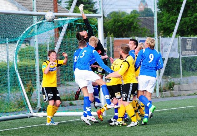 Her skrur Sparta-spilleren Marius Bergseth en corner rett i mål. Moss-keeper Markus Stige bommer på ballen. (Foto: Pål A. Karlsen)