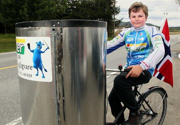 Tour Of Norway 2012. Matstasjonsområde, Brandval. Sykkelinsteresserte Emil Bråten (11) møtte opp med Jokerbutikkens visegutt-sykkel. FOTO: FREDE Y. ERIKSEN
