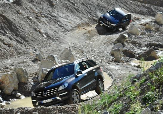 ML er blitt en bil som slett ikke trenger å kjøres forsiktig med. I teorien kan du faktisk komme deg fram i ordentlig ulendt terreng. Her er Broom på offroad-løypa vi fikk prøve, for å vise hva bilen duger til.
