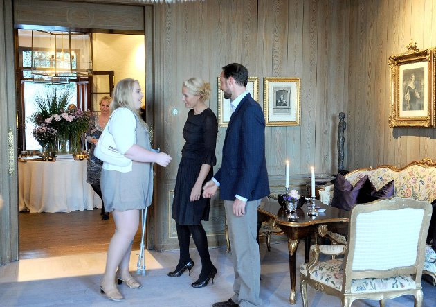 Kronprinsesse Mette-Marit og kronprins Haakon innviterte til gjestebud hjemme i sitt hjem på Skaugum. Her hilser de på Marte Gustavsen Ødegården.